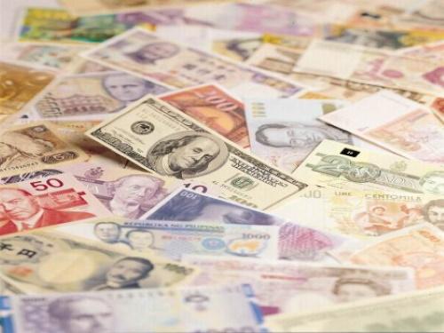 #PraCegoVer: Dinheiro espalhado.