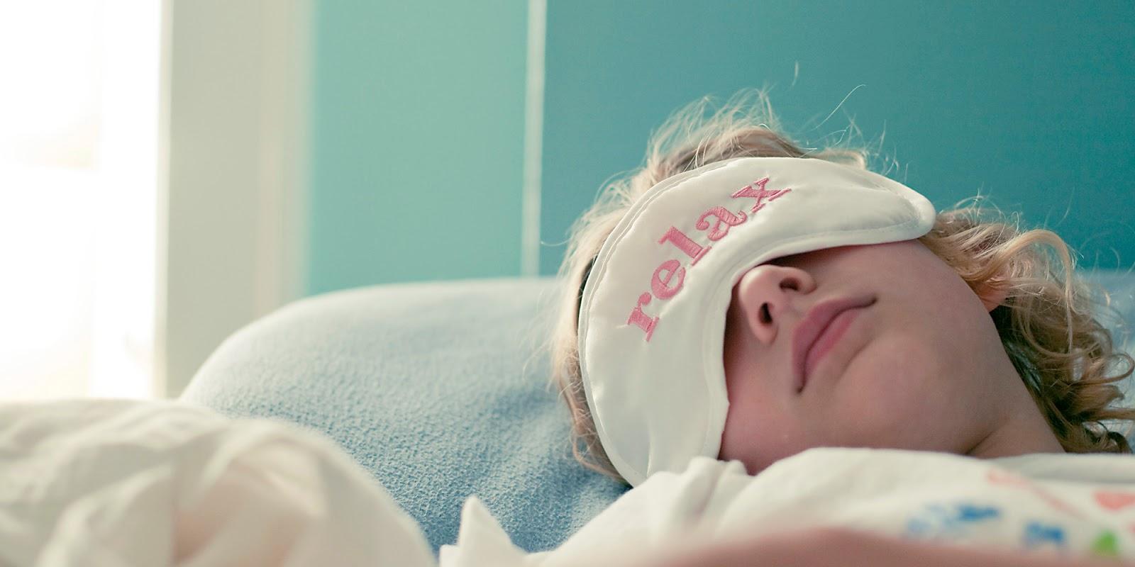 Mujer durmiendo ojos tapados