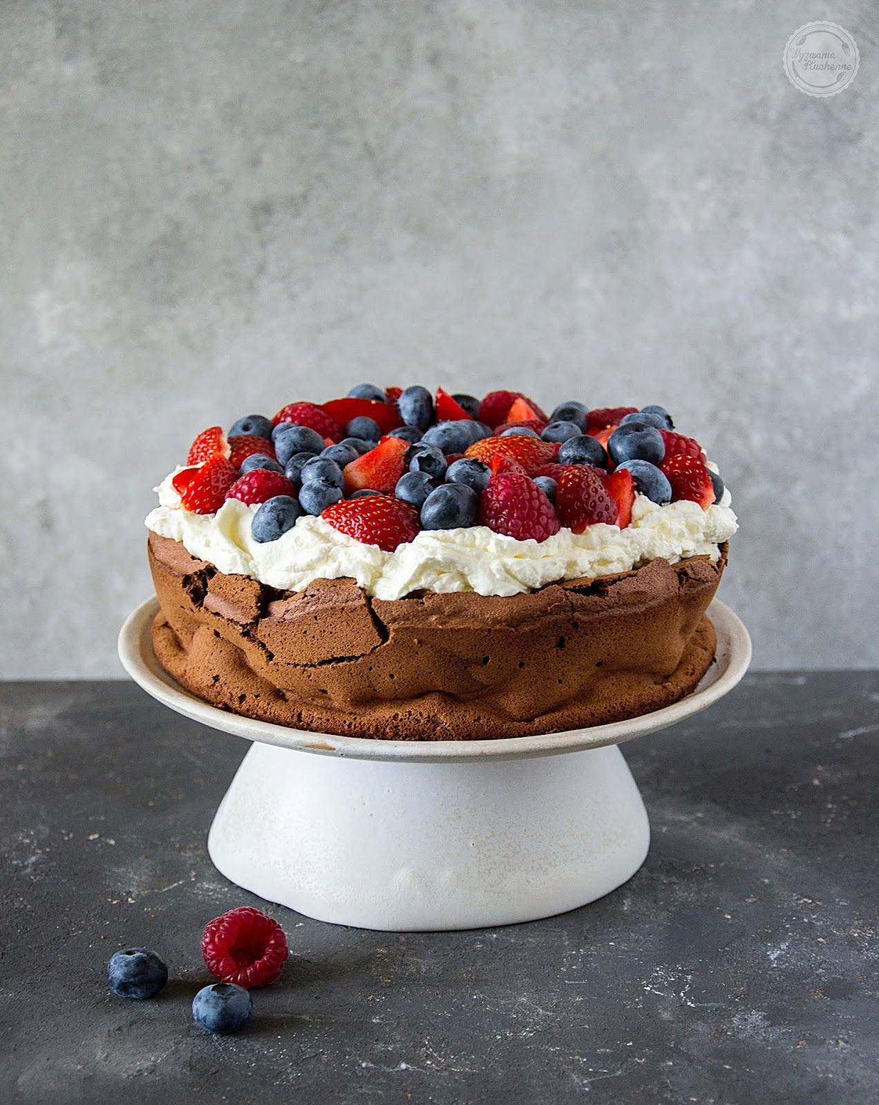Opadające ciasto czekoladowe z kremem i owocami