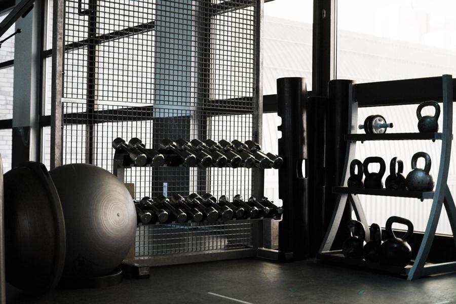 rücken training fitness dumbbell
