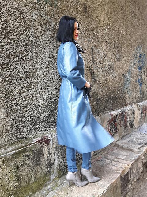 niebieski skorzany plaszcz