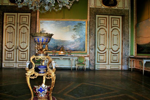porte, vasi, poltrone dorate, pavimenti antichi, camera