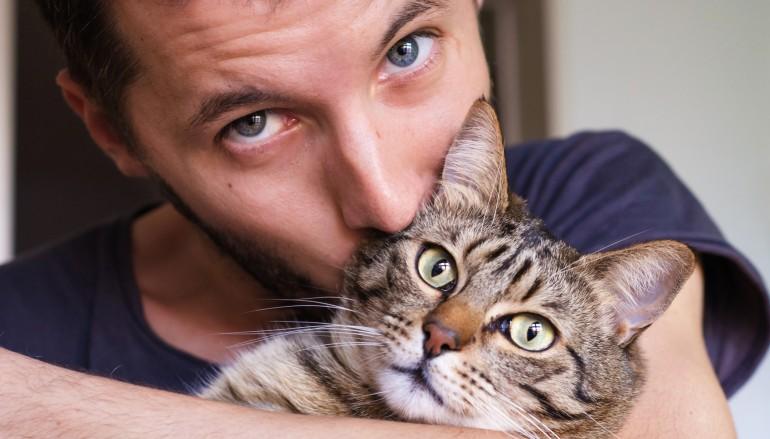 5 λόγοι να βγεις ραντεβού με έναν άντρα που αγαπάει τις γάτες