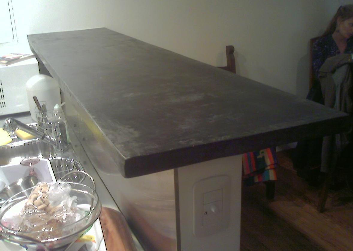 Esta mesada de cemento es color negra Mide 213 X 50cm