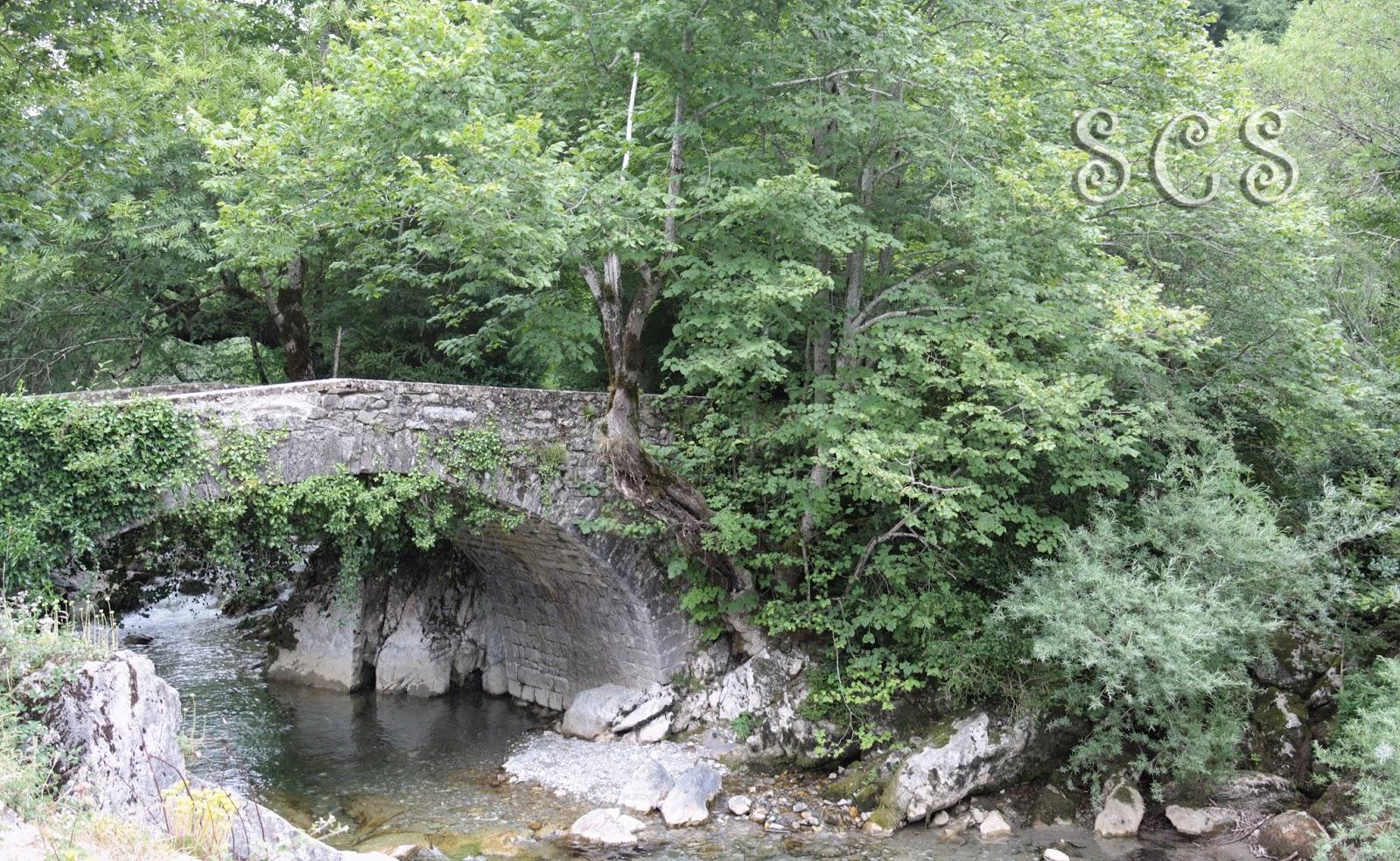 Puente de Otsindundua en el Valle de Belagua (Navarra, España)