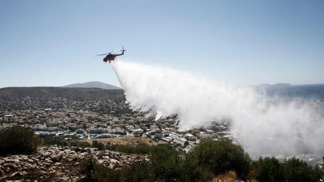 Σε ύφεση η πυρκαγιά στην περιοχή της Βάρης