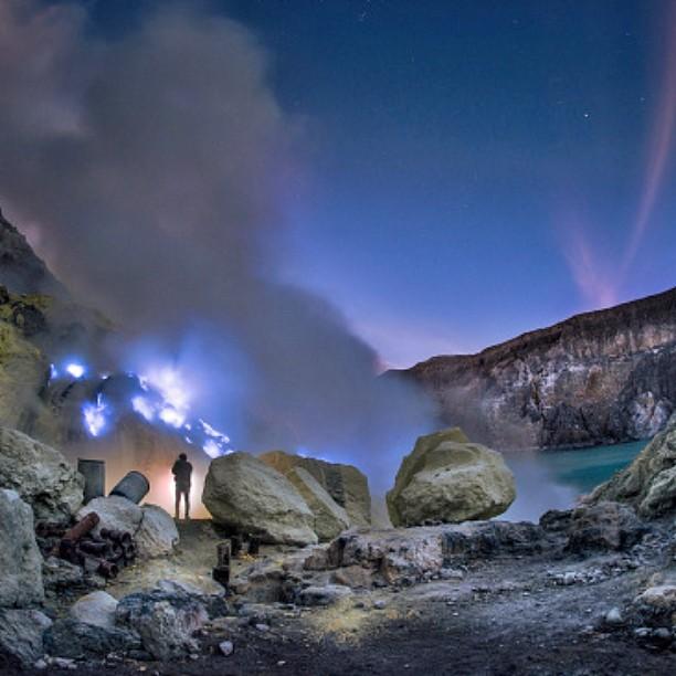 foto indah api biru kawah ijen