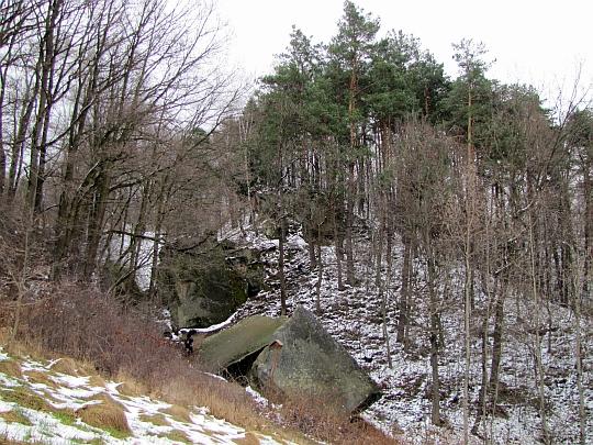 Piramidy; za nimi widać skały Lisiego Wąwozu