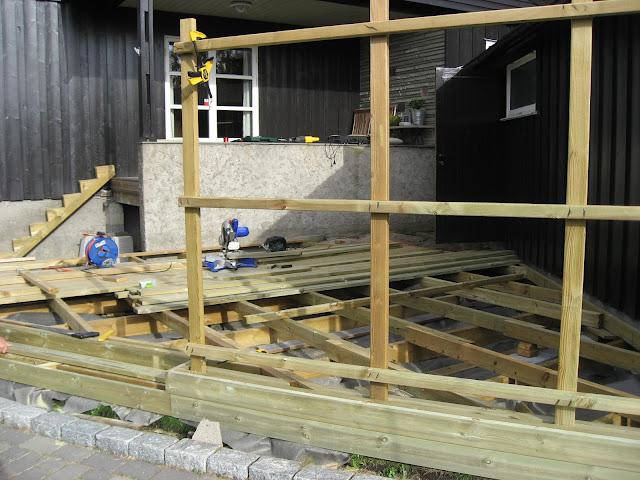 Bygge terrasse - tips. Før toppbord skrues på. Furulunden