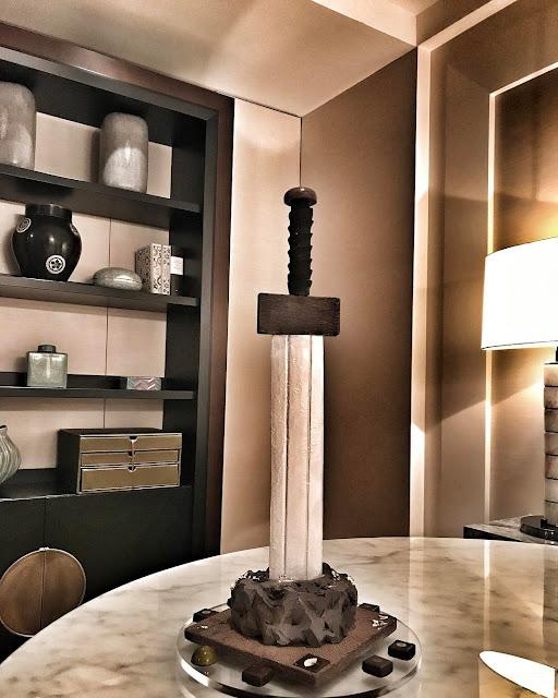 孔劉入住文華東方酒店 一進門看見《鬼怪》那把劍