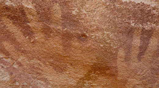 Huellas de manos de la Edad de Piedra en pared de cueva en Egipto no son de humanos