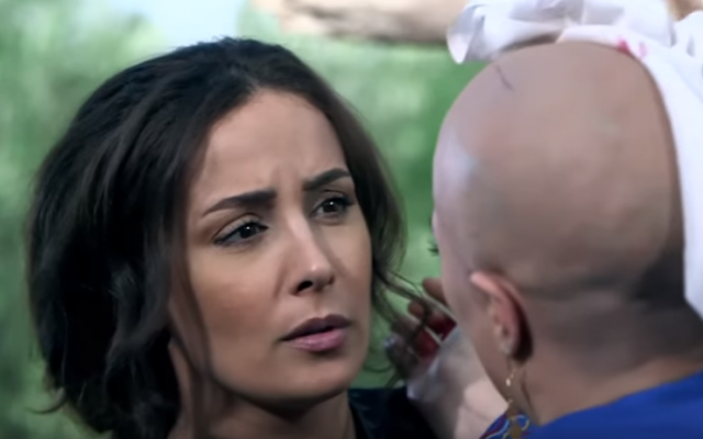 فيديو| للنجمة السورية التي حلقت 'عالزيرو' ورمت شعرها المستعار امام خطيبها شاهد الفيديو