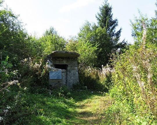 Pozostałości spalonego schroniska na Lubaniu.