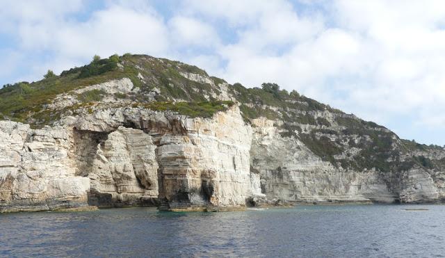 Südküste Paxos mit dem Felsentor Tripitos, Griechenland