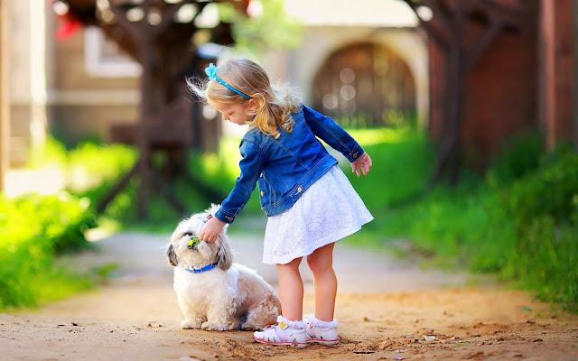 Klein meisje met haar hond