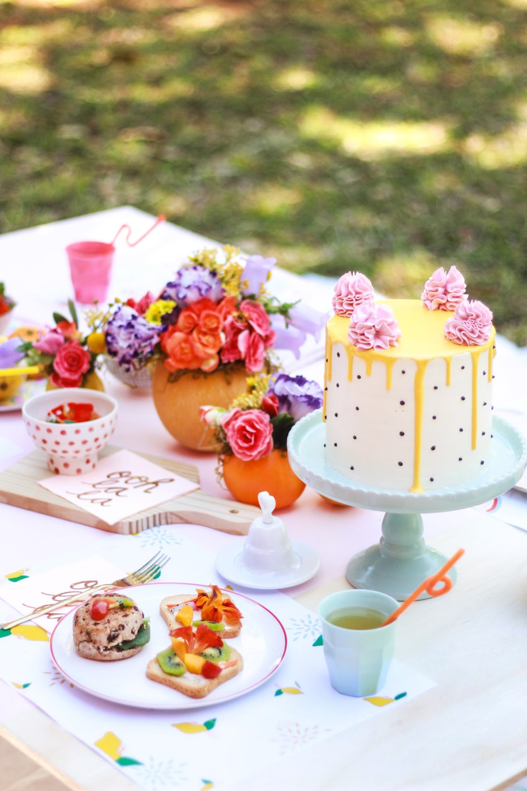 salada e torrada decorada com flores comestiveis