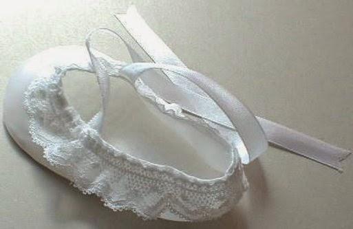 adornar el zapato de raso con encaje y lazos