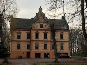 Barsebäck slotts ockrafärgade slott en kall januaridag i skåne