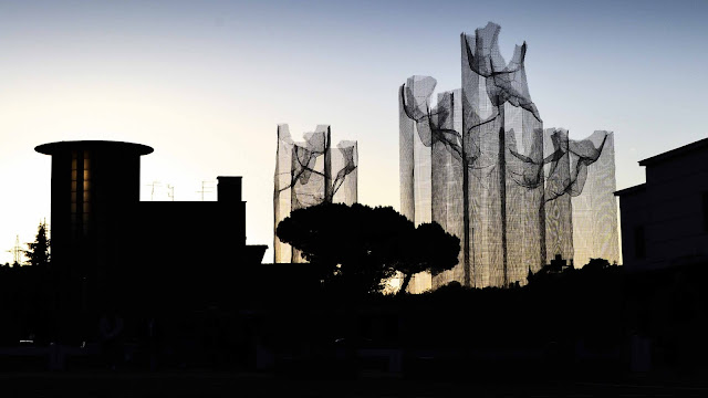 Our friend Edoardo Tresoldi was recently invited to create a new installation in Siena, a city in Italy's central Tuscany which is distinguished by its medieval brick buildings.