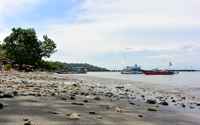 Patahan karang tersebar di Pantai Karang Tengah, Nusakambangan