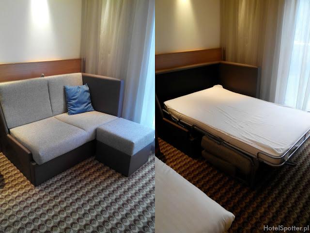 Hotel przylotniskowy Hampton by Hilton Warsaw Airport - rozkladana sofa