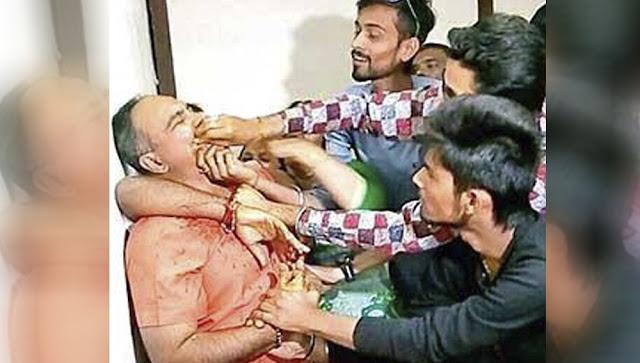 Activistas de la India obligan a funcionario corrupto a comerse una faja de billetes ¿Estas de acuerdo se aplique igual en nuestro país?