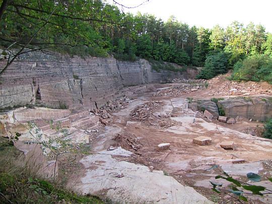 Wyrobisko kamieniołomu czerwonego piaskowca triasowego na Grodowej Górze.
