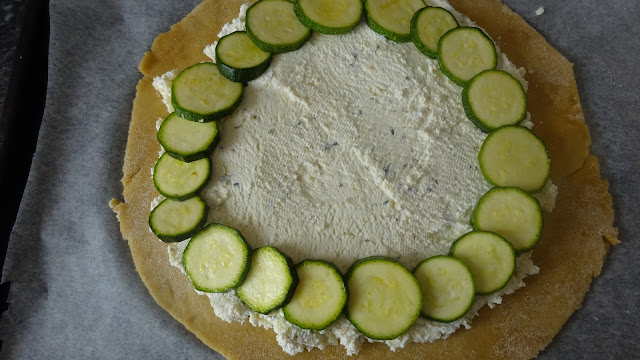 zucchini-and-ricotta-gallete-recipe-entree-starter-healthy-wholewheat-pastry-crust-free-form-tart-French-cuisine-easy-rustic-parmesan-lunch-box
