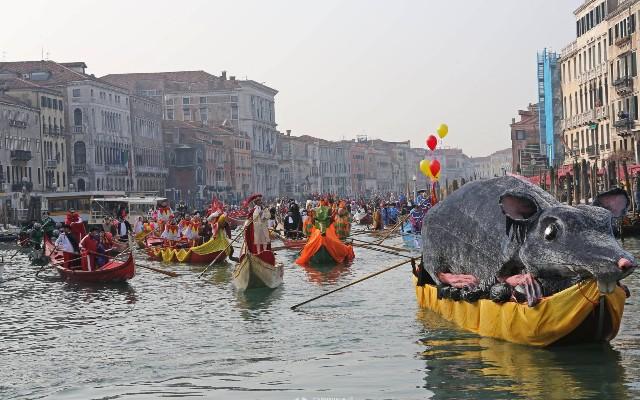festa-veneziana-sull-acqua-carnevale-di-venezia-poracci-in-viaggio