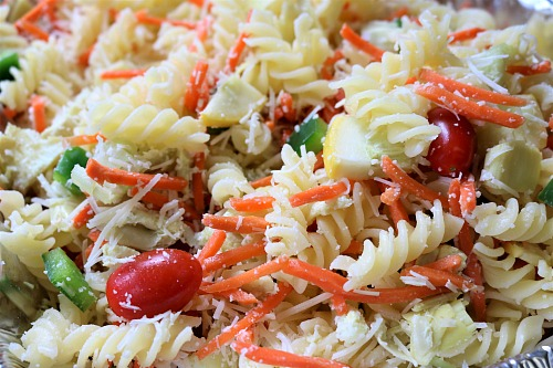 Parmesan Artichoke Pasta Salad- This Parmesan artichoke pasta salad is an easy lunch, dinner, or side dish! Its easy to make a lot for a big crowd, so its perfect for summer BBQs! | vegetarian, veggies, carrots, tomatoes, quick, easy recipe