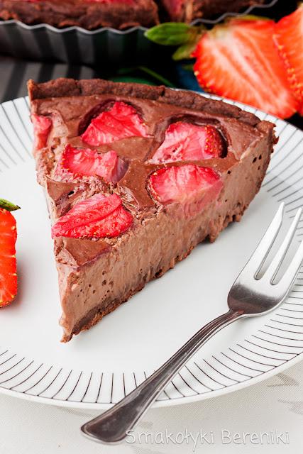 Tarta z truskawkami na kakaowym cieście