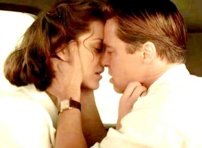 Foto de Brad Pitt en escena romántoca con Marion Cotillard