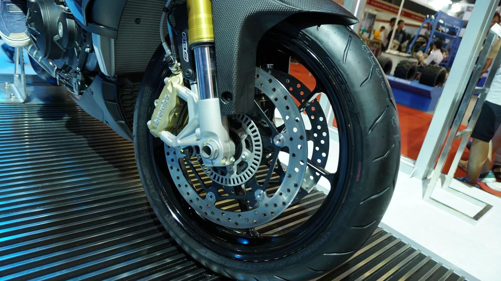 Từ hệ thống giảm xóc, hệ thống phanh ABS, giúp chiếc xe an toàn và êm ái hơn