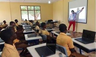 aula refaccionada en africa con computadoras
