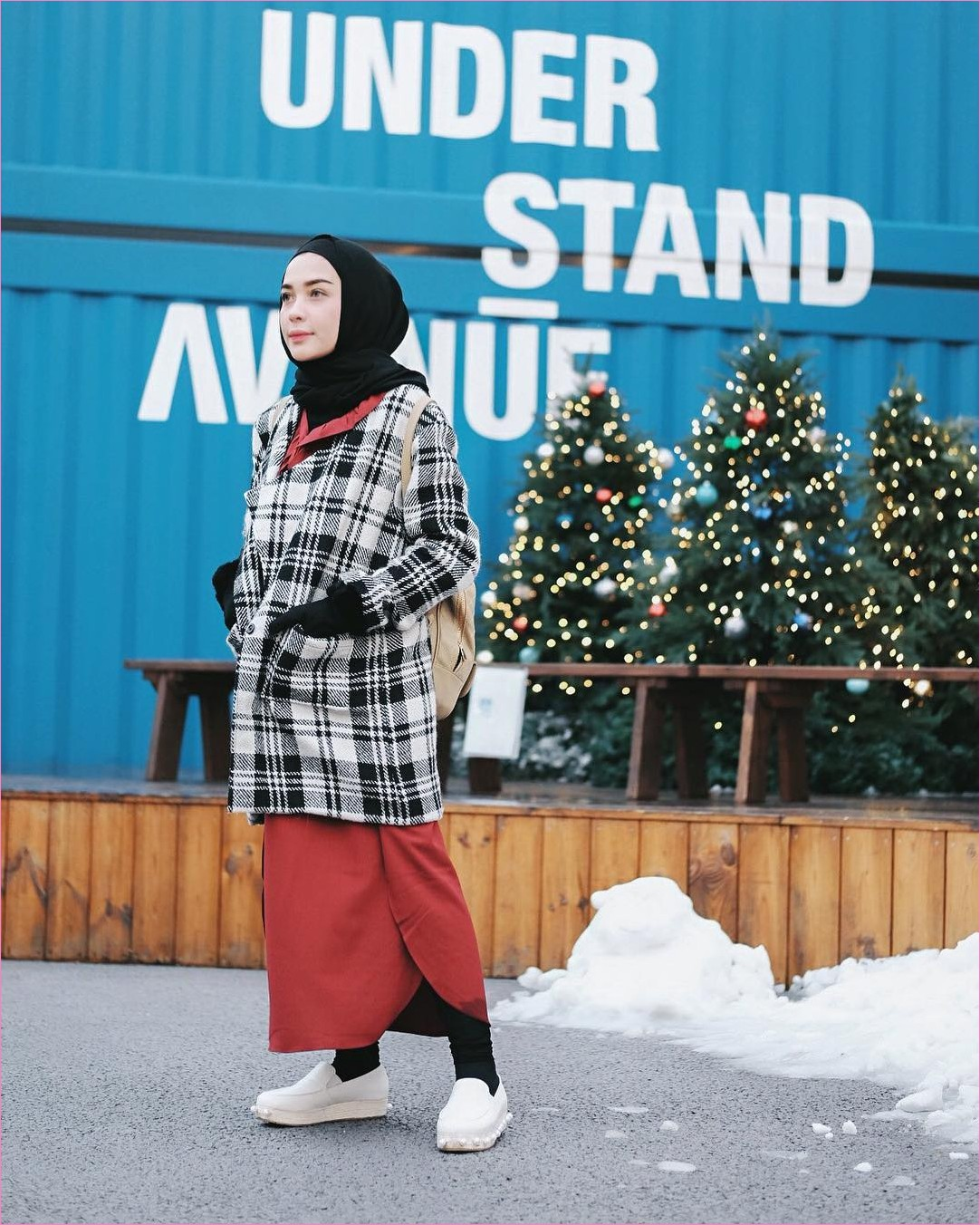 Outfit Baju Traveler Berhijab untuk Keluar Negri Ala Selebgram 2018 ciput rajut pashmina diamond sarung tangan legging rok dress oren cardigan jacket kotak sneakers lace ups flatshoes putih ootd outfit trendy backpack krem coat