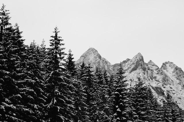 Giewont. Zimowa fotografia krajobrazu górskiego. Tatry. Zakopane. Polska. fot. Łukasz Cyrus