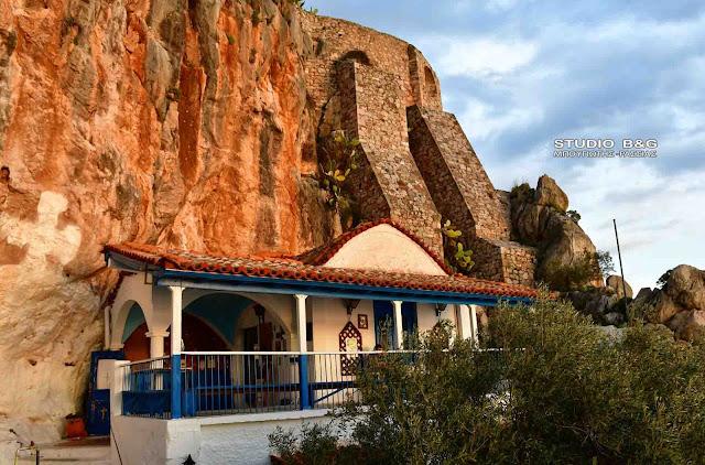 Παναγίτσα: Ένα πανέμορφο εκκλησάκι στο Ναύπλιο στην αγκαλιά του βράχου