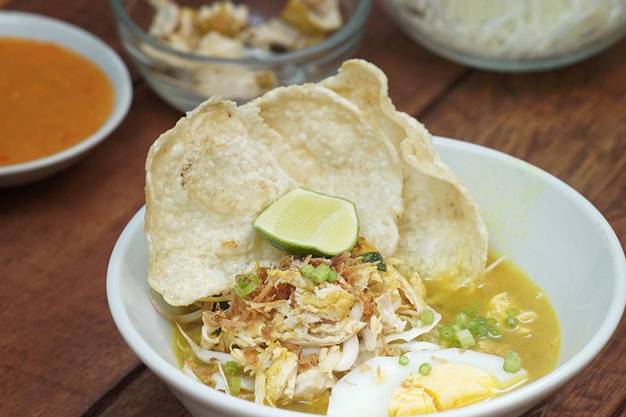 Resep Soto Ayam dengan kerupuk (tastemade.com)