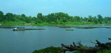 Bersantai Menikmati Pemandangan di Sekitar Danau Sipin