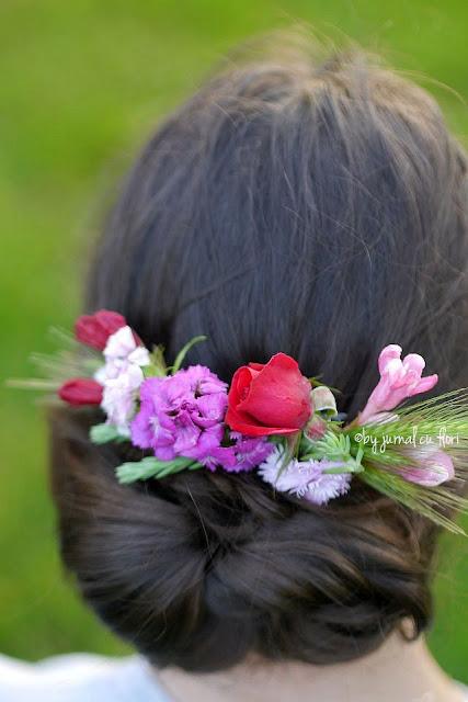 coafura cu flori in par potrivita pentru o mireasa, nasa sau evenimente