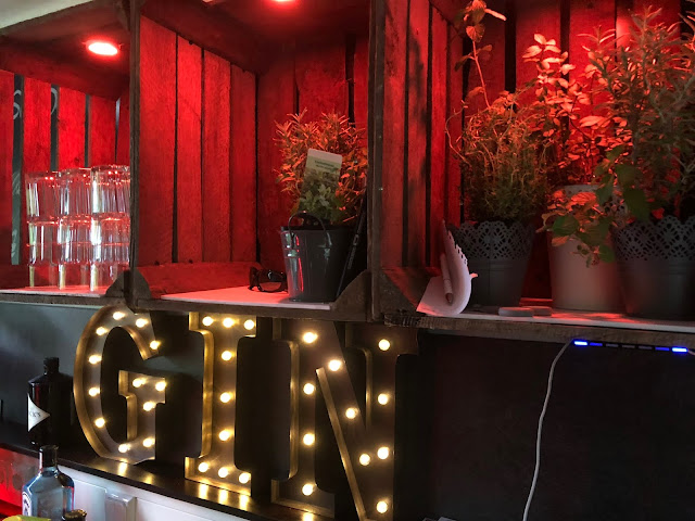 GIN by night, Horsebox-Bar, Bayern, pop-up Bar, mobile Bar, Deutschland, Gin-Bar, Bar im Pferdehänger, Garmisch-Partenkirchen, Hochzeit, Events, Geburtstag, Feiern, Party-Bar, Bar mieten, Gin Tonic, Garmisch-Partenkirchen, Murnau, München, Bar im Pferdeanhänger