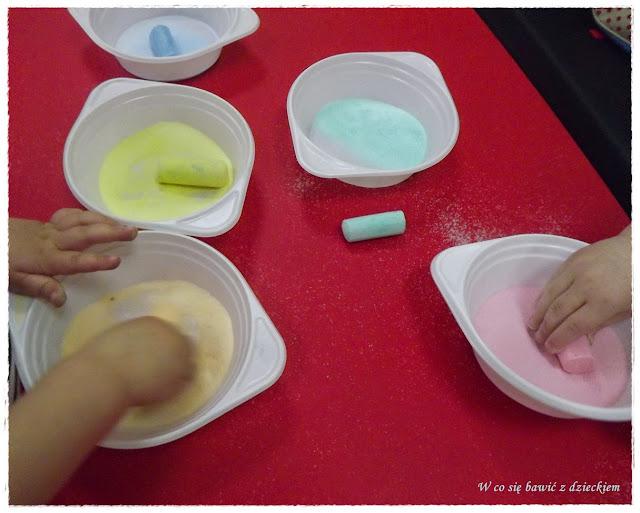 barwiona sól, zabawy plastyczne