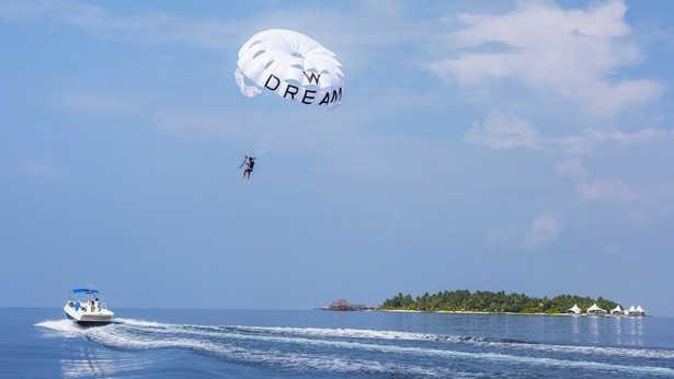 W Maldives, Parasailing