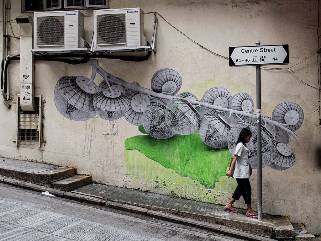 Freshly returned from his trip in China, Ludo just sent us a small series of pictures on his newest street piece somewhere in the busy city of Hong-Kong.