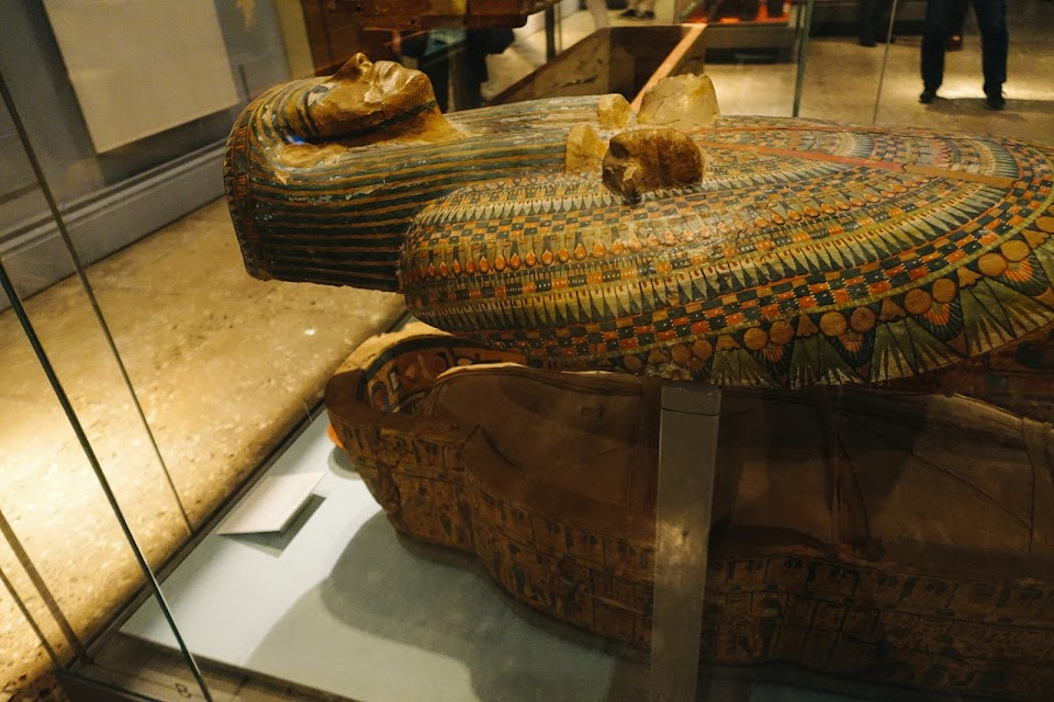 名前のわからないテーベの女性神官の木棺とミイラ