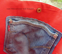 Sac à main Cabas en matériaux recyclés montés façon patchwork, sac semi-rigide, surpiqures rouge, composé de tissu coton beige et étoiles rouges, poche en jeans véritables et appliqué assorti, intérieur coton rouge vif avec poche en jeans, anses en coton rouge.  Dimensions : 32 x 26 x 15 cm, anse : 60 cm.