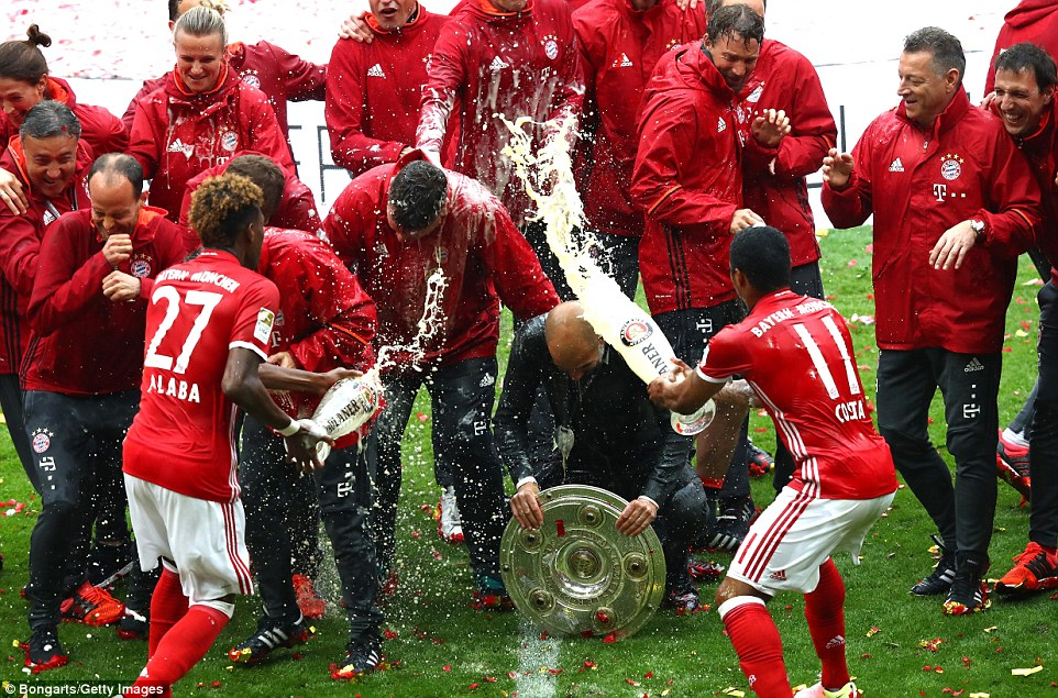 players  beer Munich drench in Bayern Guardiola after Pep