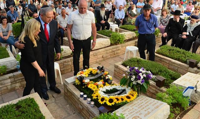 Biniamin Netanyahu en la tumba de Yoni Netanyahu