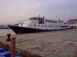 Kapal motor Zahro Express yang pada Minggu 1 Januari mengawali tragedi dunia transportasi tanah air di awal 2017, kapal milik swasta ini dibuat pada tahun 2013 dengan material kayu berlapis spyber Glass