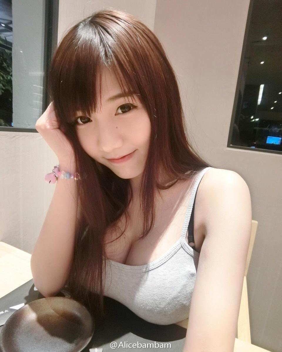 Người đẹp Arisara khoe ngực khủng